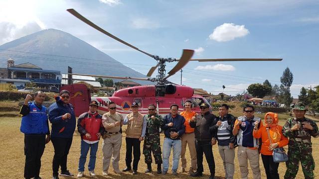 Helikopter Kamov diterjunkan untuk memadamkan api di Gunung Sumbing. (Liputan6.com/Sutopo Purwo Nugroho via Twitter/Muhamad Ridlo)
