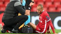 Gelandang Liverpool, Fabinho, dihantam cedera saat timnya menang 2-0 atas Midtjylland, pada laga kedua Grup D Liga Champions di Stadion Anfield, Rabu (28/10/2020) dini hari WIB. (Michael Regan / POOL / AFP)