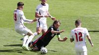 Gelandang Kroasia, Luka Modric, terjatuh saat berusaha melewati pemain Inggris pada laga Piala Eropa 2020 di Stadion Wembley, Minggu (13/6/2021). (AP Photo/Catherine Ivill, Pool)