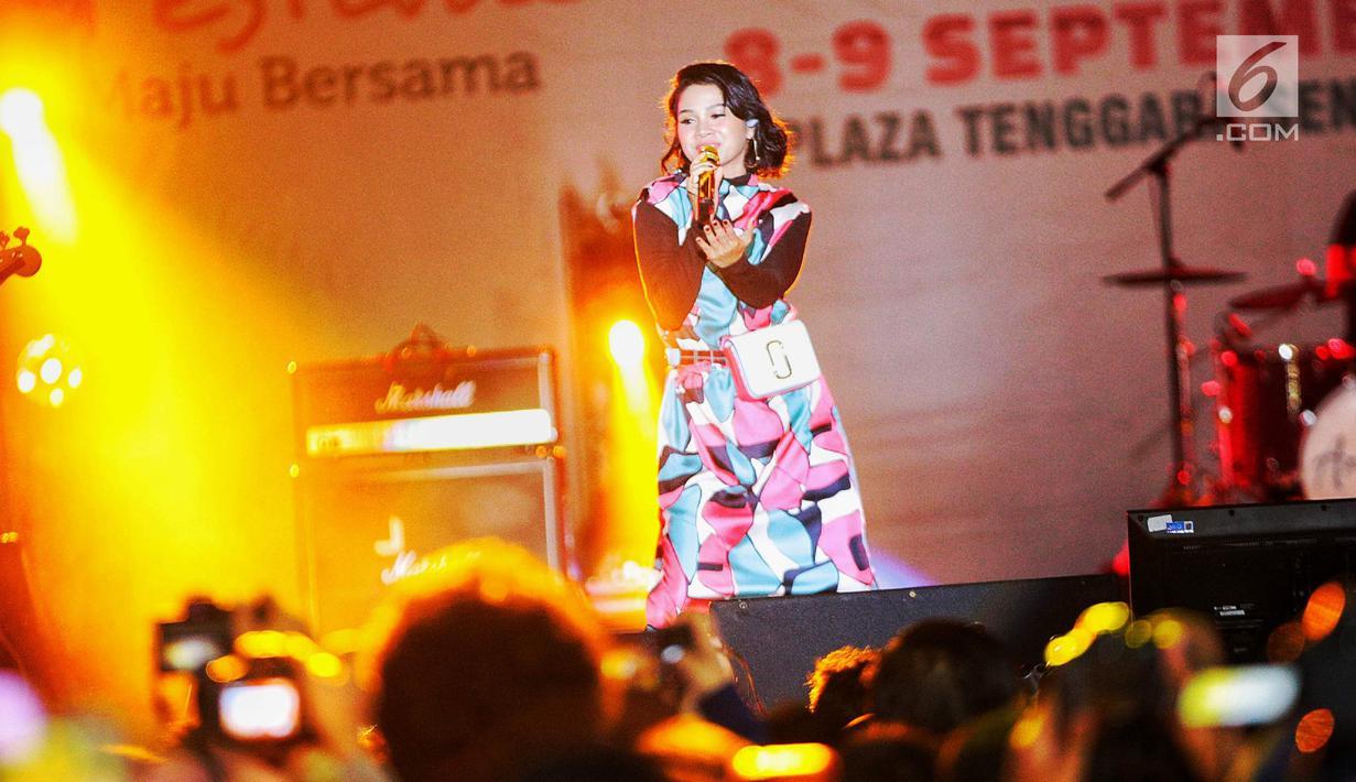 Penyanyi jazz Andien Aisyah tampil di panggung Jak-Japan Matsuri 2018 di Plaza Tenggara, Senayan, Jakarta, Sabtu (8/9). Penampilan Andien dimeriahkan dengan kerlap-kerlip lampu panggung. (Liputan6.com/Faizal Fanani)