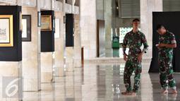 Personel TNI beraktivitas di sekitar Masjid Istiqlal, Jakarta, Rabu (1/3). H-1 jelang kedatangan Raja Arab Saudi Salman bin Abdulaziz al-Saud pada Kamis (2/3/2017), aktivitas di Masjid Istiqlal relatif normal. (Liputan6.com/Immanuel Antonius)