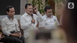 Menkes Terawan Agus Putranto (tengah) memberikan keterangan dua WNI yang terjangkit virus corona di Kemenkes, Jakarta, Senin (2/3/2020). Diketahui, keduanya tertular virus corona dari warga negara Jepang yang berkunjung ke rumah mereka di Depok, beberapa waktu lalu. (Liputan6.com/Faizal Fanani)