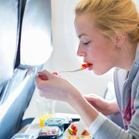 6 Makanan yang Harus Dihindari Sebelum Naik Pesawat (Matej-Kastelic/Shutterstock)