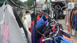 Ridwan (40) menata baju seken (baju bekas) impor di Pamulang, Tangerang Selatan, Banten, Senin (29/9/2020). Sebelumnya Ridwan merupakan pengusaha alat sewa pesta, karena kondisi pandemi Covid-19 sepi hajatan iya beralih menjual baju bekas demi memenuhi kebutuhan sehari-hari. (merdeka.com/Dwi Narwoko