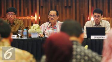 Ki-ka: Direktur Utama Susanto Hartono, Komisaris Utama Raden Soeyono dan Komisaris Alvin W. Sariaatmadja saat Rapat Umum Pemegang Saham Tahunan (RUPST) 2016 PT Surya Citra Media Tbk di SCTV Tower, Jakarta, Rabu (18/5). (Liputan6.com/Angga Yuniar)