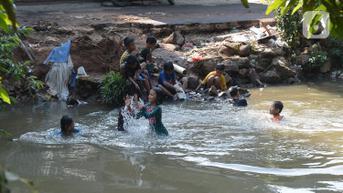 FOTO: Minim Lahan Bermain, Anak-Anak Berenang di Kali Baru Tytyan Bekasi