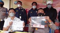 Kepolisian saat menunjukkan barang bukti uang hasil pungli yang dilakukan oknum KKP Kota Tarakan kepada warga yang minta divaksin.