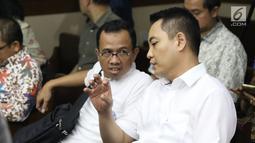 Terdakwa dugaan suap pengadaan satelit monitoring Bakamla, Fayakhun Andriadi jelang menjalani sidang tuntutan di Pengadilan Tipikor, Jakarta, Rabu (21/11). Fayakhun dihukum delapan tahun penjara, denda satu milyar rupiah. (Liputan6.com/Helmi Fithriansyah)