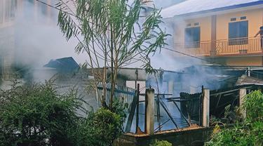Kebakaran yang menghanguskan 2 rumah di Kelurahan Malalayang Satu Timur, Kecamatan Malalayang, Kota Manado.