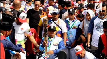 Menteri olahraga Imam Nahrawi dan ketua Inag Gog raja sapta oktahari meyalakan Lentera Api dan Obor Asian Para Games di halaman kadaton Kesultanan Ternate, Maluku utara.