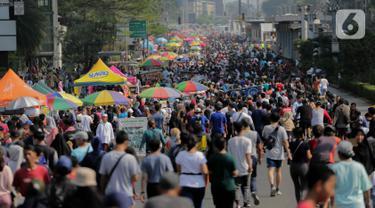 Pedagang kaki lima (PKL) berjualan di jalan saat car free day (CFD) di kawasan Bundaran HI, Jakarta, Minggu (6/10/2019). Kurangnya pengawasan petugas menyebabkan banyak PKL yang berjualan tidak pada tempat yang telah disediakan oleh Pemprov DKI Jakarta. (Liputan6.com/Faizal Fanani)