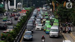 Sejumlah angkutan kota (angkot) berhenti di bahu jalan, Bogor, Jawa Barat, Selasa (28/1/2020). Masih banyaknya angkot yang menaikkan dan menurunkan penumpang tidak pada tempatnya mengakibatkan lalu lintas semrawut. (merdeka.com/Magang/Muhammad Fayyadh)
