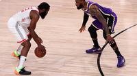 James Harden dari Houston Rockets dijaga oleh bintang LA Lakers, LeBron James. Rockets menang pada gim pertama semifinal wilayah barat Playoff NBA 2020. (Mike Ehrmann / GETTY IMAGES NORTH AMERICA / Getty Images via AFP)