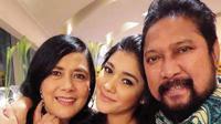 Dalam Instagram Stories-nya Nana Mirdad beberapa hari lalu, mantan pasangan ini terlihat berkumpul bersama dengan anak-anaknya. Makan siang bersama. Mantan suami istri itu juga terlihat tak canggung.(Instagram/naymirdad)