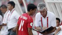 Pelatih Persija Jakarta, Ivan Kolev, memberikan arahan kepada Novri Setiawan saat melawan Becamex Binh Duong pada laga Piala AFC di SUGBK, Jakarta, Selasa (26/2). Kedua klub bermain imbang 0-0. (Bola.com/M. Iqbal Ichsan)