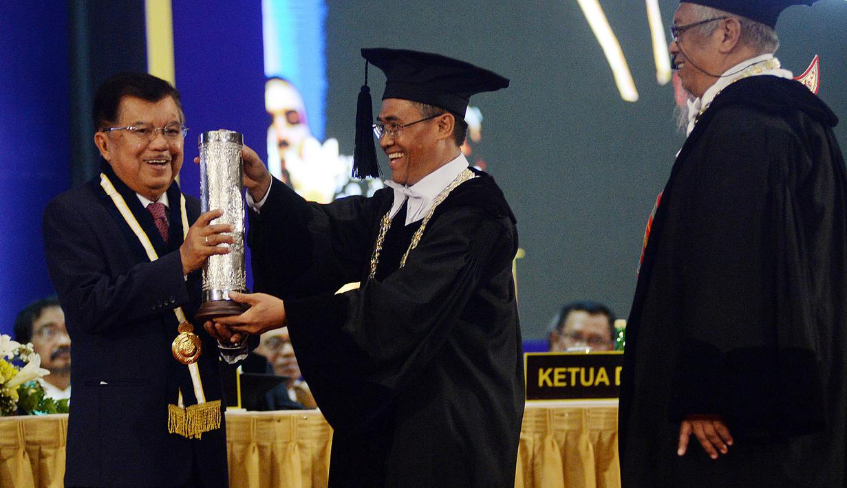 Mantan Wakil Presiden Jusuf Kalla menerima penghargaan HB IX Award 2019 dari UGM, bersamaan dalam peringatan Lustrum XIV UGM, Kamis (19/12/2019). Kiprah JK yang dinilai serius memperjuangkan perdamaian serta kemanusiaan menjadi latarbelakang diberikannya anugerah tersebut. (FOTO: Tim Media JK)
