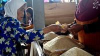 Seorang nenek membayar beras di pasar tradisional Cilacap, Jawa Tengah. (Foto: Liputan6.com/Muhamad Ridlo)