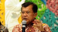 Wakil Presiden Jusuf Kalla menjawab pertanyaan pewarta usai melakukan rapat di Kemenpora, Jakarta, Rabu (15/3). Rapat membahas persiapan Asian Games 2018. (Liputan6.com/Helmi Fithriansyah)