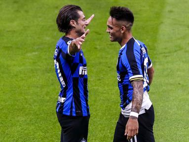 Striker Inter Milan, Lautaro Martinez, melakukan selebrasi bersama Candreva usai membobol gawang Sampdoria pada laga Serie A di Stadion Giuesepe Meazza, Minggu (21/6/2020). Inter Milan menang 2-1 atas Sampdoria. (AP/Antonio Calanni)