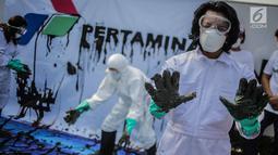 Aktivis dari Koalisi Organisasi Masyarakat Sipil (KORMAS) melakukan aksi teatrikal di Kantor Pusat Pertamina Jakarta, Rabu (18/9/2019). Aksi menginformasikan bahwa ekosistem perairan Karawang dan sekitarnya yang terkena dampak tumpahan minyak butuh tindakan penyelamatan. (Liputan6.com/Faizal Fanani)
