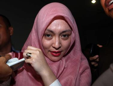 20160106-Kenakan Hijab Merah, Angelina Sondakh Jalani Sidang Nazaruddin