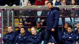 Andre Villas-Boas berdiri memperhatikan pada pertandingan Liga Premier Inggris antara Aston Villa vs Tottenham Hotspur di Villa Park, Birmingham (20/10/2013). (AFP/Paul Ellis).