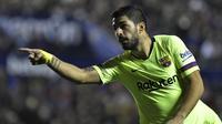 Striker Barcelona, Luis Suarez, merayakan gol yang dicetaknya ke gawang Levante  pada laga La Liga di Stadion Ciutat de Valencia, Valencia, Minggu (16/12). Levante kalah 0-5 dari Barcelona. (AFP/Jose Jordan)