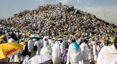 Ribuan umat muslim berkumpul di Bukit Jabal Rahmah saat mereka tiba di Arafah untuk menjalani wukuf di luar kota suci Mekah, Arab Saudi (30/8).  Bukit Jabal Rahma dikenal sebagai bukit kasih sayang. (AFP Photo / Ahmad Al-Rubaye)