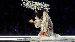 Model Tiongkok, Ming Xi jatuh tersungkur di atas catwalk Victoria's Secret Fashion Show 2017 saat memperagakan koleksi lingerie di Shanghai, Senin (20/11). Setelah jatuh di atas catwalk, tampak wajah putih Ming menahan malu. (FRED DUFOUR/AFP)