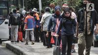 Penumpang bus antarkota antarprovinsi (AKAP) saat tiba di Terminal Kampung Rambutan, Jakarta, Minggu (3/1/2021). Sementara pemudik yang diberangkatkan menuju luar Jakarta melalui Terminal Kampung Rambutan sebanyak 15.059 penumpang. (merdeka.com/Iqbal S. Nugroho)