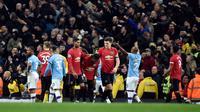 Pemain bereaksi terhadap barang-barang yang dilemparkan oleh penggemar Manchester City terhadap pemain Manchester United pada pertandingan Liga Inggris di Etihad Stadium, Manchester, Inggris, Sabtu (7/12/2019). Manchester United menang 2-1. (AP Photo/Rui Vieira)