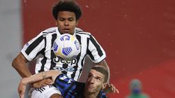 Gelandang Juventus, Weston McKennie (atas) berebut bola dengan bek Atalanta, Robin Gosens dalam laga final Coppa Italia 2020/2021 di Mapei Stadium, Rabu (19/5/2021). Juventus menang 2-1 dan menjadi juara. (AP/Antonio Calanni)