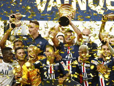 Pemain PSG merayakan trofi juara Piala Liga Prancis usai mengalahkan Olympique Lyon di Stade de France, Sabtu (1/8/2020) dini hari WIB. PSG menang 6-5 atas Lyon lewat adu penalti. (AFP/Geoffroy Van Der Hasselt)