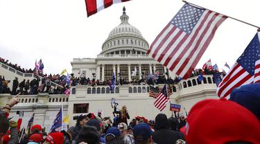 FOTO: Massa Pendukung Donald Trump Serbu Capitol Hill, 1 Orang Tewas