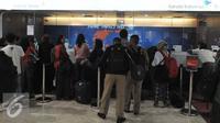 Sejumlah calon penumpang mengantri di loket sebuah maskapai penerbangan di terminal 2E Bandara Soekarno Hatta, Tangerang, Senin (6/7/2015). Pasca insiden kebakaran pada Minggu (5/6) lalu, jadwal penerbangan mulai normal. (Liputan6.com/Herman Zakharia)