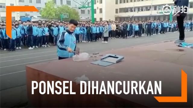 Biasanya, pihak sekolah akan menyita ponsel yang berhasil ditemukan saat dilakukan razia. Namun sekolah di China ini memiliki caranya sendiri dalam menangani siswa yang masih berani membawa ponsel ke sekolah.