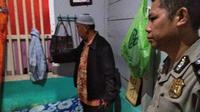 AK menggunakan kain sarung saat bunuh diri di kamar rumahnya di Jalan KI Anwar Mangku, Kecamatan Seberang Ulu (SU) II Palembang Sumsel (Liputan6.com / Nefri Inge)