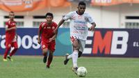 Gelandang Bali United, Yabes Roni, menggirig bola saat melawan Persija Jakarta pada laga Piala Indonesia 2019 di Stadion Wibawa Mukti, Minggu (5/5). Persija menang 1-0 atas Bali United. (Bola.com/M Iqbal Ichsan)