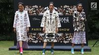Model mengenakan busana rancangan desainer Tities Sapoetra di Jakarta, Kamis (13/9). Tities diundang oleh Fashion Division untuk menunjukkan hasil rancangannya pada Fashion Division Paris Fashion Show Spring Summer 2019. (Liputan6.com/Immanuel Antonius)