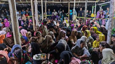 Pengungsi  Rohingya beristirahat setelah perahu yang membawa mereka mendarat di Lhokseumawe, provinsi Aceh, Senin (7/9/2020). Hampir 300 Muslim Rohingya ditemukan di sebuah pantai di provinsi Aceh dan dievakuasi oleh militer, polisi dan Relawan. (AP Photo/Zik Maulana)