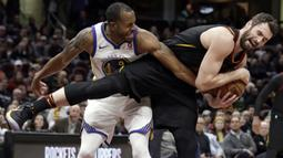 Aksi pemain Cleveland Cavaliers, Kevin Love (kanan) mengamankan bola dari kejaran pemain Warriors, Andre Iguodala pada lanjutan NBA basketball game di Quicken Loans Arena, Cleveland, (15/1/2018). Warriors menang 118-108. (AP/Tony Dejak)