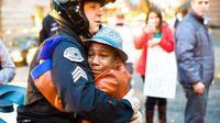 Foto ini cepat menyebar di media sosial dan membuat terharu warga di Ferguson, dan sadar bahwa tak semua polisi brutal.