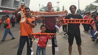 Seorang warga Jerman, Wolfgang Borchardt, berada di antara keramaian The Jakmania jelang laga Persija Jakarta kontra Mitra Kukar di Stadion Utama Gelora Bung Karno, Minggu (9/12/2018) sore. (Bola.com/Benediktus Gerendo)
