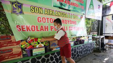 Siswa SD di Surabaya donasi Covid-19 di sekolahan masing-masing. (Dian Kurniawan/Liputan6.com)