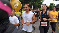 Artis Sigi Wimala berlari saat mengikuti Borobudur Marathon 2018 di Pelataran Taman Lumbini Borobudur Magelang , Minggu (18/11).  Borobudur Marathon 2018 diikuti oleh 9. 672 pelari. (Liputan6.com/Gholib)