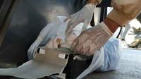 Mayat bayi dalam kardus yang ditemukan di lorong 1, Jalan Toddopuli VII, Makassar, Jumat (28/9). (Sahrul Ramadan/JawaPos.com)