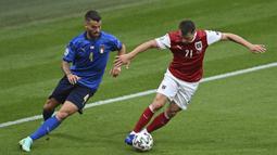 Pada 10 menit awal babak pertama, Austria lebih intens melakukan penguasaan bola dari pada Italia. Lewat umpan-umpan pendek mereka berhasil menekan Italia. Meski demikian Italia lebih mengancam lewat serangan balik cepat. (Foto: AP/Pool/Justin Tallis)