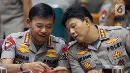 Kapolri Jenderal Polisi Idham Azis (kiri) berbincang dengan Wakapolri Komjen Ari Dono saat rapat kerja perdana dengan Komisi III DPR di Kompleks Parlemen, Jakarta, Rabu (20/11/2019). Rapat membahas anggaran, pengawasan, dan isu-isu terkini di Indonesia. (Liputan6.com/JohanTallo)