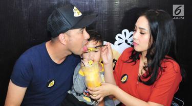 Artis Raffi Ahmad bersama sang istri Nagita Slavina saat menghadiri pembukaan bisnis barunya, Jakarta, Jumat (25/8). Kali ini Raffi bekerjasama dengan seorang pengusaha memulai bisnis barunya yakni sebuah produk minuman. (Liputan6.com/Helmi Afandi)