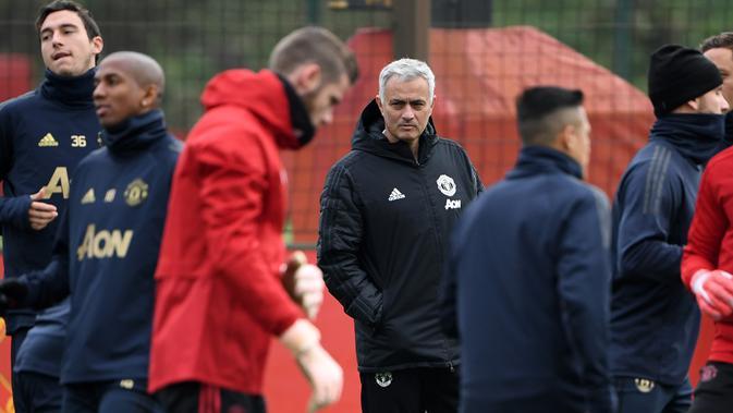 Para pemain Manchester United menjalani latihan di Carrington. (AFP Photo/Paul Ellis)